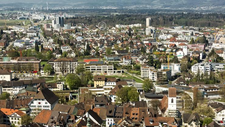 Aussicht vom Schloss Lenzburg in Blickrichtung Aarau (Westen) mit dem Riesenrad des Stapferhaus (Ausstellung Heimat) sowie dem Coop-Verteilzentrum in Schafisheim. Aufgenommen am 7. April 2017 beim Schloss Lenzburg.