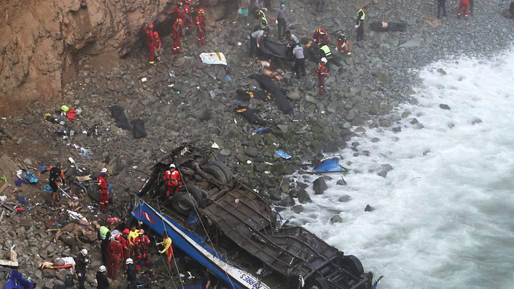 Dutzende Passagiere kamen beim Sturz des Busses von einer Klippe nördlich von Perus Hauptstadt Lima ums Leben.