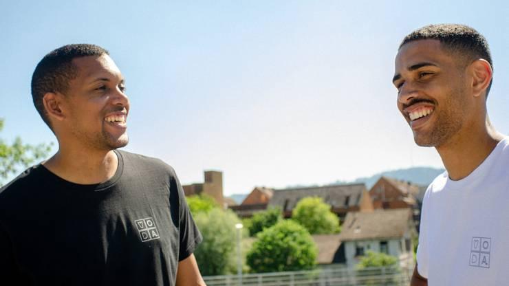 Das Kollektiv «VO DA» thematisiert Diskriminierung, so auch im Falle des Balkan-Specials im Migros-Magazin. Im Bild: Die zwei Initianten des Kollektivs Dembah Fofanah und Ben Pauli.