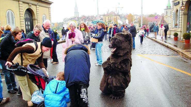Trubel: Auf der Nydeggbrücke herrschte gestern am Bärenpark-Fest eine ausgelassene, bärige Stimmung. (kas)
