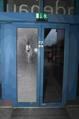 Die zerstörte Tür.