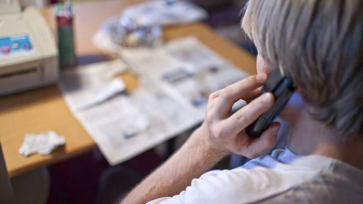 Vorwiegend ältere Personen werden von falschen Polizisten angerufen. (Symbolbild)