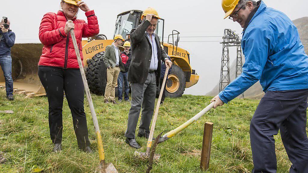 Spatenstich für die neue Sesselbahn auf dem Oberalp: die Urner Regierungsrätin Heidi Zgraggen (links), Investor Samih Sawiris (Mitte) und der Bündner Regierungsrat Jon Domenic Parolini (rechts).