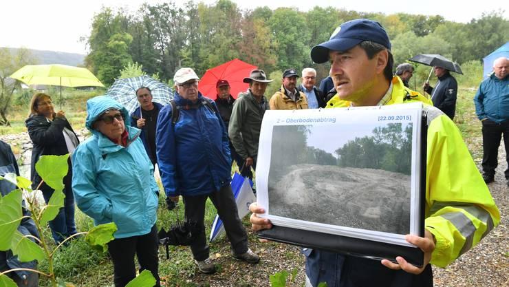 Gesamtprojektleiter Gabriel Zenklusen erläutert die Arbeiten am Waldwanderweg.