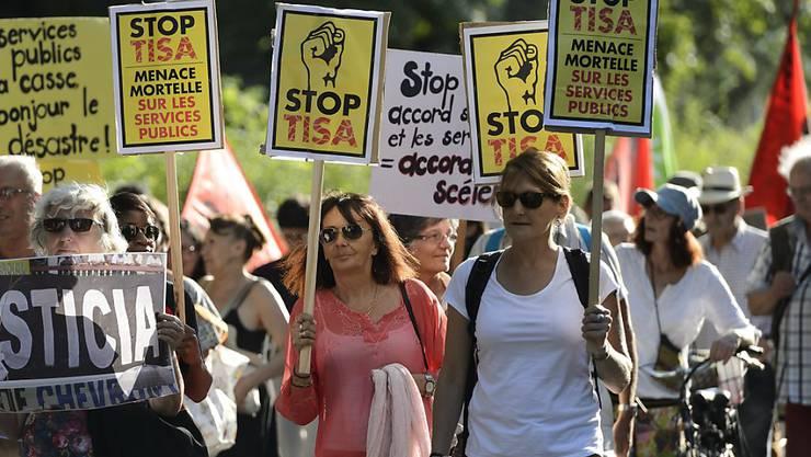 200 Personen demonstrieren in Genf gegen die Verhandlungen zum TISA-Abkommen.