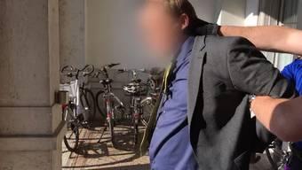 «So geht es, wenn man sich einsetzt für die Gerechtigkeit»: Die Polizei führt Günther L. ab.