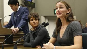 Jennifer Garner (r) unterstützt Halle Berry vor einem Ausschuss