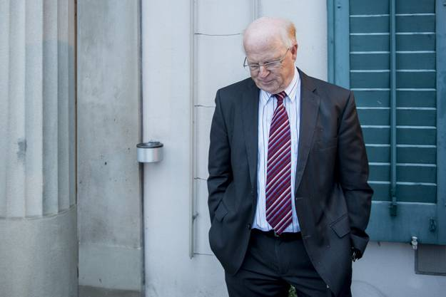 Der angeklagte Ulrich Schlüer wartet auf ein Interview vor dem Gericht in Andelfingen.
