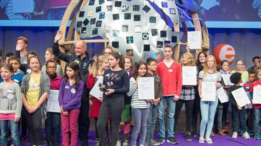 Bertrand Piccard freut sich im Kursaal in Bern über die Installation und die Arbeit der jungen Klimapioniere.