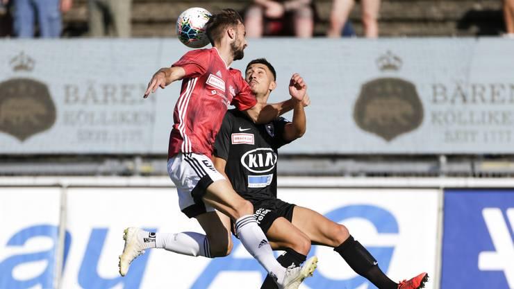 Hart umkämpfter Ball: Juan Manuel Parapar gegen Stevan Lujic vom FC Aarau.