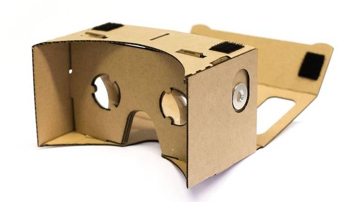 Es ist vielleicht das aussergewöhnlichste Projekt von Google: die Virtual-Reality-Brille Cardboard. Man muss sie selber zusammenfalten wie einen Bastelbogen für Primarschüler. Hat man alle Laschen in die richtigen Schlitze gesteckt, erhält man eine simple Brille, in die man sein Handy schieben und so in die virtuelle Realität eintauchen kann. Je besser das Smartphone, desto besser die Auflösung. Die Konstruktion ist aber ziemlich rudimentär und das Sichtfeld im Vergleich zu professionellen VR-Brillen stärker eingeschränkt. Google hat die Baupläne dieser Brille veröffentlicht, sodass sie theoretisch jeder nachbauen kann. Einfacher ist es aber, wenn man sich einen Bogen bestellt. In der Schweiz werden diese etwa von www.zaak.ch hergestellt und vertrieben.