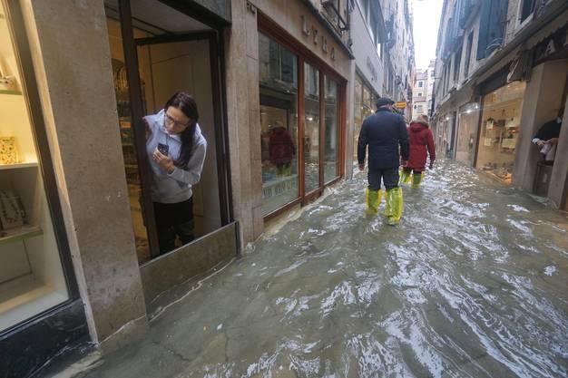Das sei der höchste Wert seit der verheerenden Überschwemmung im Jahr 1966, als 194 cm erreicht wurden, teilte die Kommune mit.