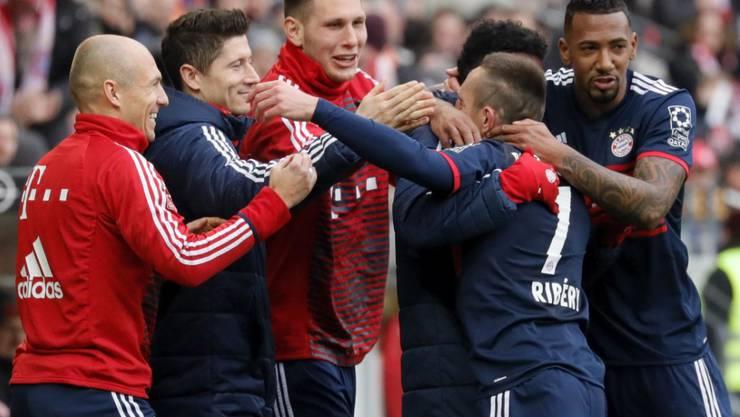 Franck Ribéry (2. von rechts) feiert sein 1:0 mit den namhaften Kollegen auf der Ersatzbank und mit Jérôme Boateng (rechts)