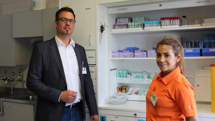 Spitaldirektor Daniel Schibler und die diplomierte Pflegefachfrau Alessandra Diaco in der Notfallstation des Spitals Menziken.