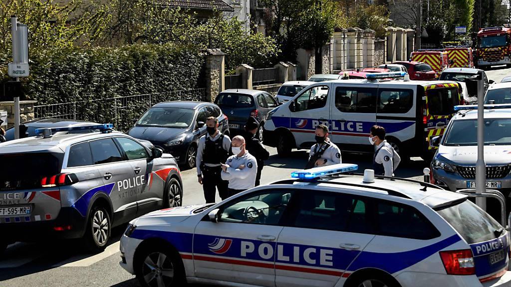 dpatopbilder - Französische Polizisten sperren eine Straße in der Nähe einer Polizeistation nachdem eine Mitarbeiterin der Polizei auf einer Polizeiwache getötet worden ist. Foto: Bertrand Guay/AFP/dpa