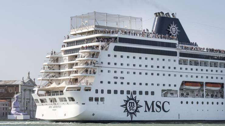 Ein Kreuzfahrtschiff bei der Einfahrt nach Venedig, aufgenommen am 21. Juni 2013. Diese Schiffe gefährden laut der Unesco die Umwelt und das Weltkulturerbe. (Archiv)