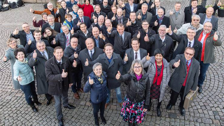Fast alle Kantonsräte aus FDP, CVP und SVP stellten sich für dieses Foto hinter das Ja zur Steuervorlage. Doch die SVP-Parteibasis widerlegte das Bild, dass alle bürgerlichen Wähler hinter der Vorlage stehen.zvg