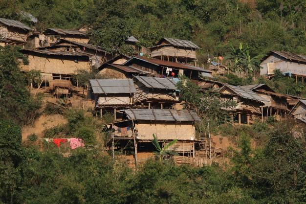 Und wir ziehen an unzähligen kleinen laotischen Dörfern vorbei, in denen die Einheimischen in sehr einfachen Verhältnissen leben.