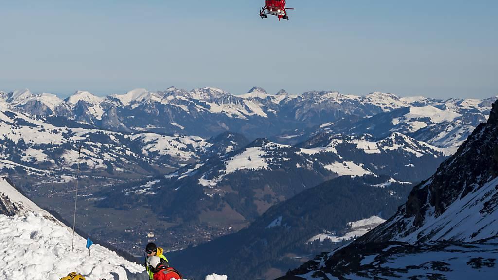 Ein in den Urner Bergen verschütteter Skifahrer konnte von der Rega nur noch tot geborgen werden. (Symbolbild)