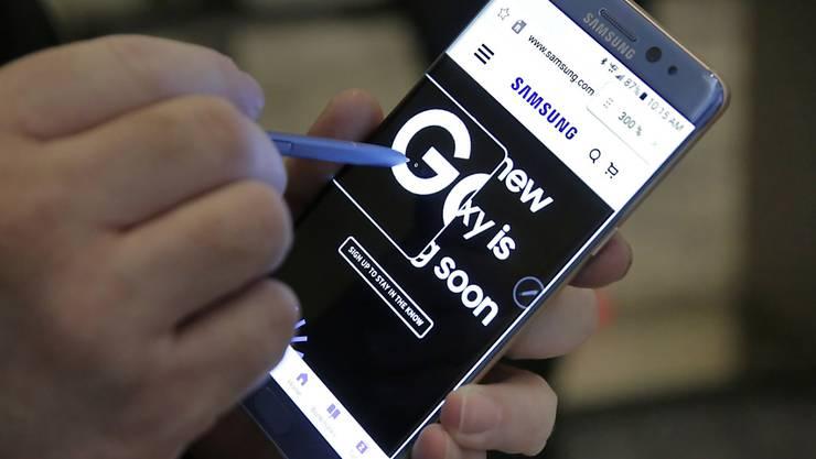Mit der Lancierung des neuen Smartphones Galaxy Note 7 wollte Samsung Konkurrent Apple eigentlich zuvorkommen. Explodierende Akkus dürften die Smartphonekäufer nun aber wieder in die Arme des iPhone-Herstellers treiben.