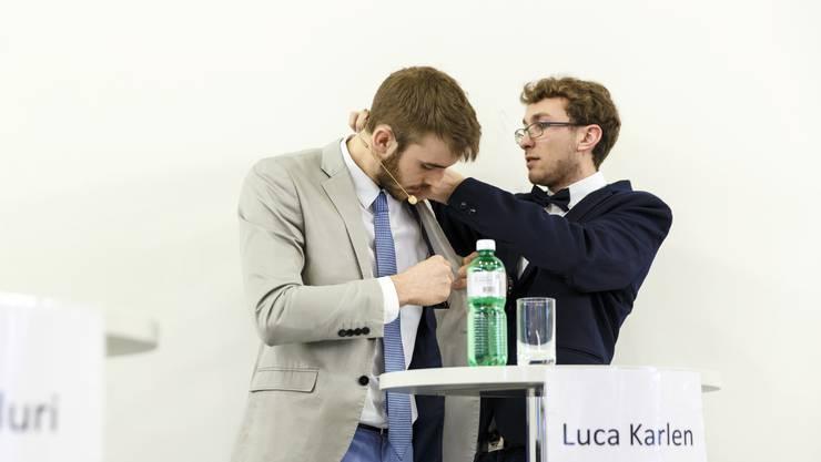 Christof Huber installiert das Mikrofon bei Moderator Luca Karlen