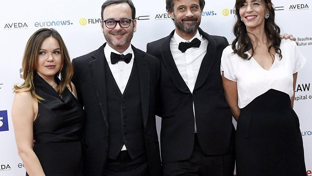 Nach dem Gewinn des Europäischen Filmpreises kann sich das Team von «Ma vie de Courgette» berechtigte Hoffnungen auf den Oscar machen. V.l.n.r.: die Produzenten Kate Merkt und Michel Merkt, der Regisseur Claude Barras und die Produzentin Pauline Gygax. (Archivbild 10.12.)
