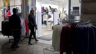 Konkret verlangt die Motion, dass Läden montags bis freitags bis 22 statt 20 Uhr und samstags sowie vor Feiertagen bis 20 statt 18 Uhr offen haben dürfen. (Symbolbild)
