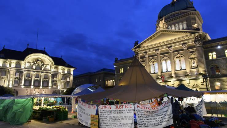 Zelte der Klimaaktivisten blieben zwischen den Ständen der Marktfahrer stehen.