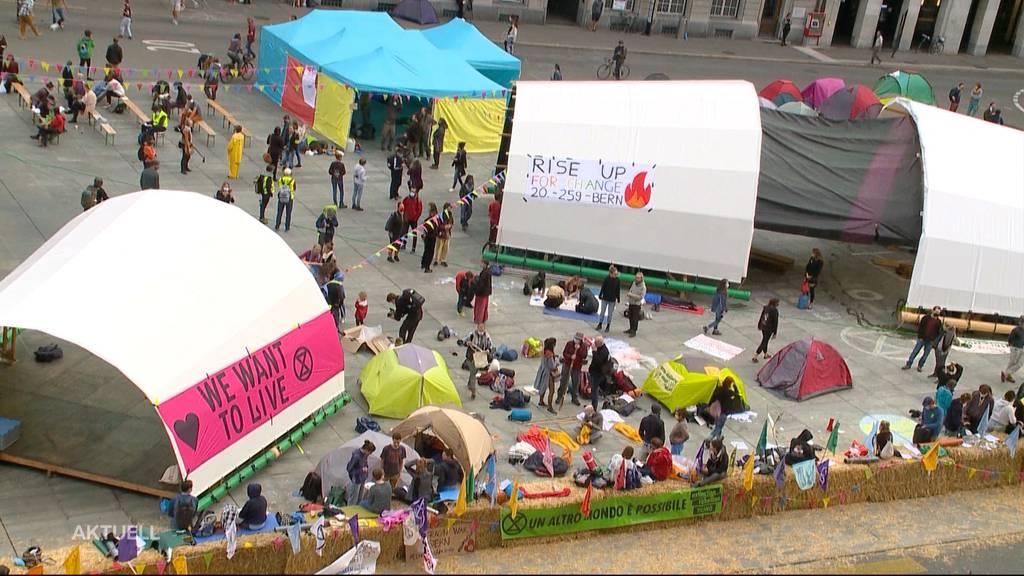 Ohne Bewilligung: Klimaaktivisten besetzen den Bundesplatz in Bern