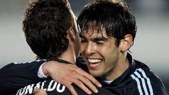 Reals Kaka feiert den zweifachen Torschützen Cristiano Ronaldo