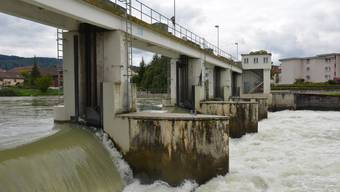 Das Dotierkraftwerk soll unmittelbar unterhalb des Wehrs auf der EKZ-Insel erstellt werden. (Archiv)
