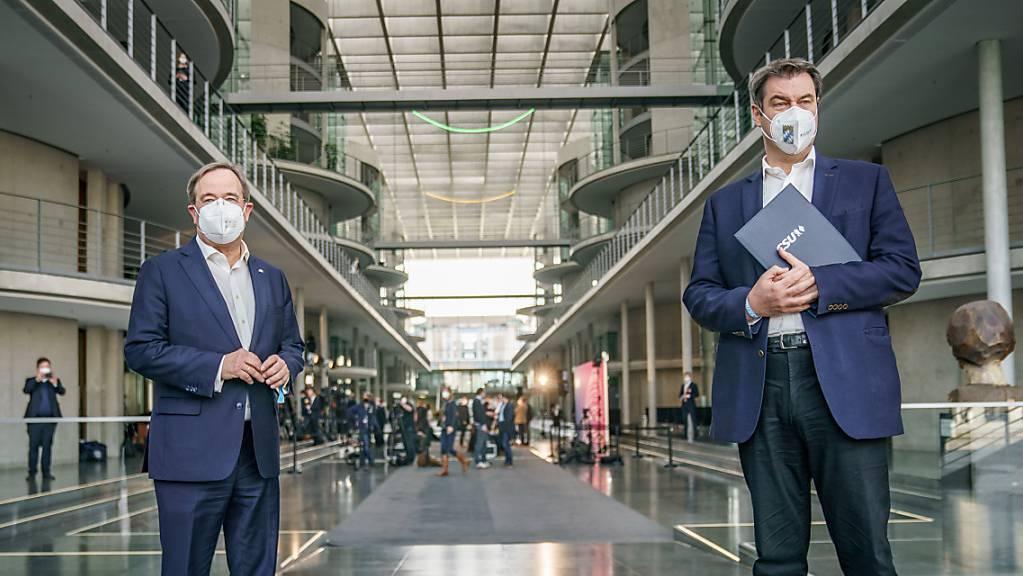 Markus Söder (CSU, r), Ministerpräsident von Bayern und CSU-Vorsitzender, steht neben Armin Laschet, CDU-Bundesvorsitzender und Ministerpräsident von Nordrhein-Westfalen, nach einer Pressekonferenz im Bundestag. Foto: Michael Kappeler/dpa