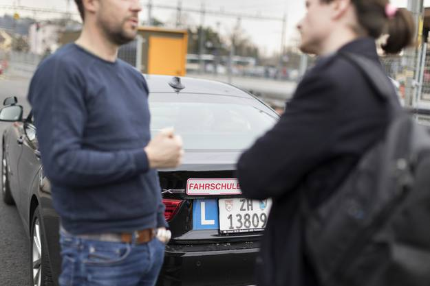Fahrlehrer sollen ihre Schüler darum in der Fahrschule darauf aufmerksam machen, wie das heute bereits mit der Handy-Nutzung im Auto geschieht.