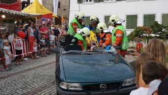 Die Feuerwehr Oetwil-Geroldswil rettet an einer Übung Verletzte aus dem Auto