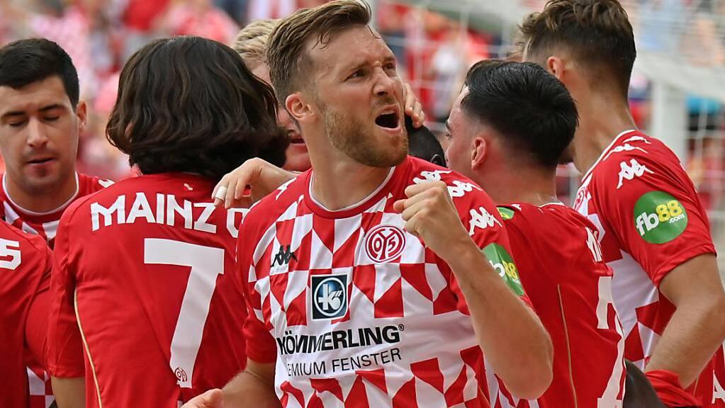 Sieg gegen Leipzig beim Bundesliga-Einstand: Silvan Widmer ballt die Faust