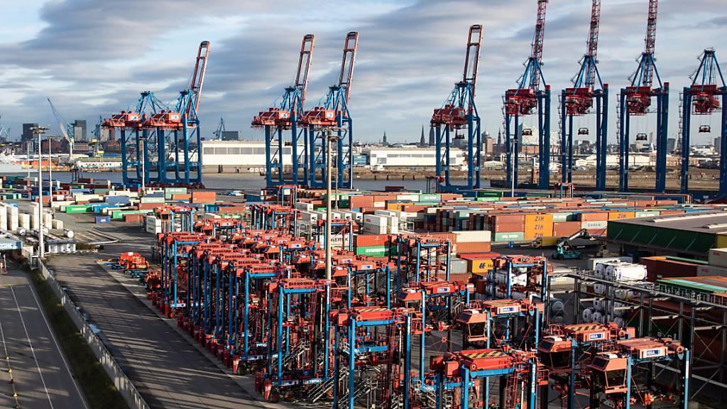 In Deutschland hat die Corona-Krise im vergangenen Jahr tiefe Löcher in die Exportbilanz gerissen. Die Exporte brachen um beinahe 10 Prozent ein.(Archivbild)