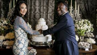 Der ehemalige brasilianische Fussballstar Pelé (r) heiratet zum dritten Mal, und zwar die brasilianische Geschäftsfrau Marcia Cibele Aoki (Archiv)
