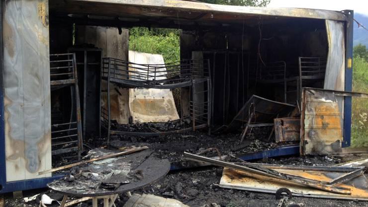 Zwei Wohncontainer brannten vollständig aus, drei weitere wurden stark in Mitleidenschaft gezogen