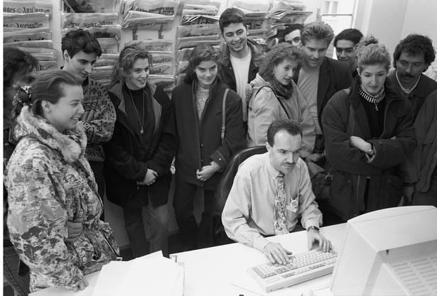 Moderator Markus Gilli zeigt am Tag der offenen Tür Besuchern das neue Studio in Zürich, 1993