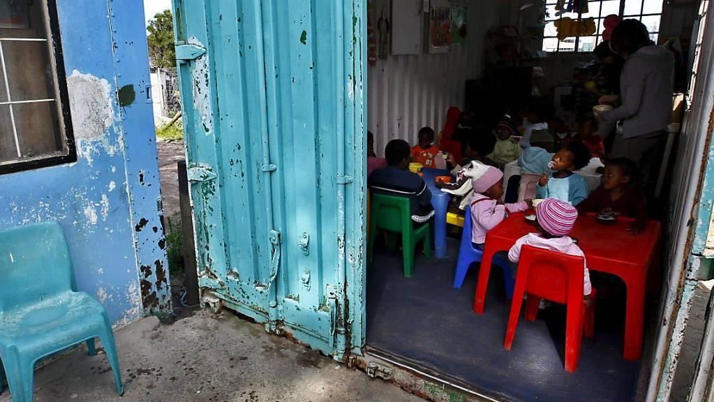In vielen ländlichen Schulen in Südafrika sind offene Latrinen noch weit verbreitet. Einem 5-jährigen Schüler wurde eine solche vor fünf Jahren zum Verhängnis. (Symbolbild)