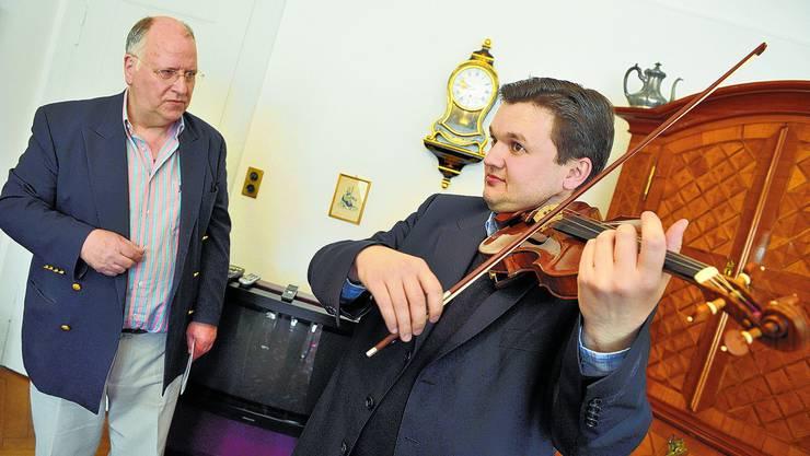 Der usbekische Violonist Vladen Chernomor testet ein neues Instrument unter den Augen von Luzius Wernly