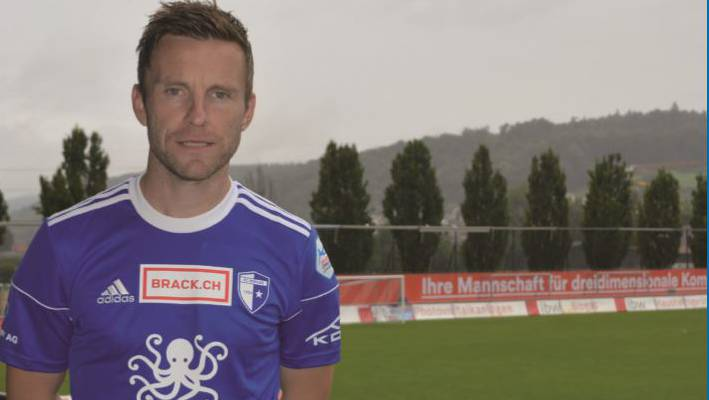 Der FC-Wohlen-Captain Alain Schultz mit dem neuen Logo auf der Brust.