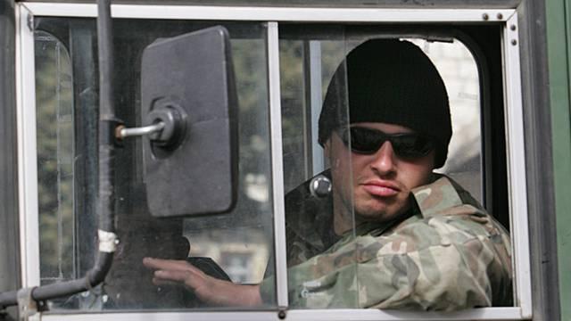 Ein syrischer Soldat am Steuer eines Militärfahrzeugs (Archiv)