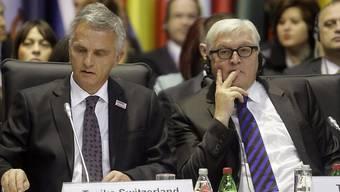 Bundesrat Didier Burkhalter (l) in Belgrad, zum letzten Mal als Mitglied der OSZE-Troika. Neben Burkhalter der deutsche Aussenminister Frank-Walter Steinmeier