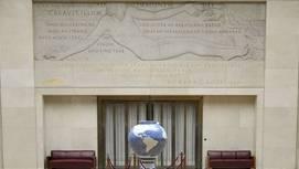 Das Marmorrelief «Die Erschaffung des Menschen» am UNO-Sitz in Genf