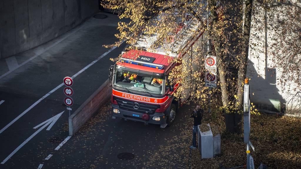 Die Feuerwehr rückte wegen dem Fehlalarm mit Blaulicht aus.