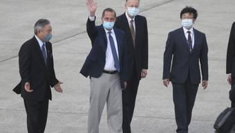 US-Gesundheitsminister Alex Azar winkt nach seiner Ankunft in Taipei Journalisten zu. Foto: Chiang Ying-Ying/AP/dpa
