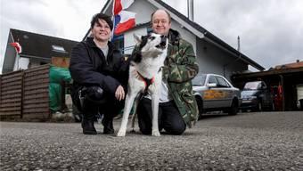Ein Abgang mit Nebengeräuschen: Pascale und Raymond Krause mit Husky-Rüde Forest. Die 13 anderen Hunde sind im Haus im Hintergrund.
