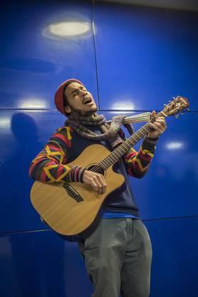 Nach seiner Ukulele Luana ist ihm die Gitarre das liebeste Instrument.