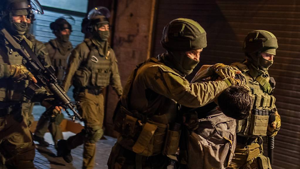 Israelische Sicherheitskräfte verhaften einen Mann während einer Demonstration gegen den geplanten Räumungsprozess im Stadtteil Scheich Dscharrah.